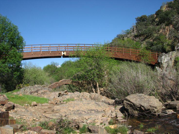 Puente nuevo para peregrinos en el Río Guadarranque. Bajo él se ven las ruinas del antiguo.