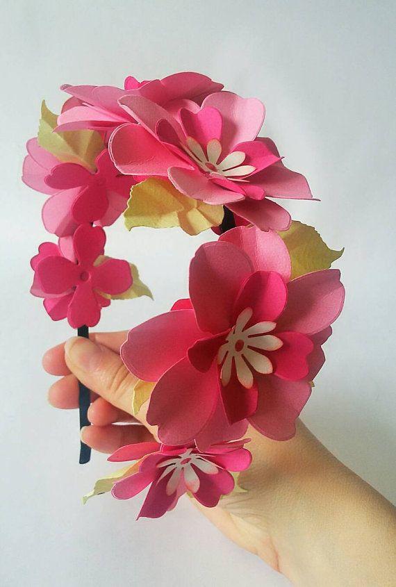 Diadema con flores de papel  en color rosa y hojas verdes para contrastar. Toda la diadema está cubierta con flores para que al colocarla en la cabeza nos cubra de lado a lado desde una oreja a otra. Cada flor tiene un tamaño de 5 cm aproximadamente, podemos personalizar la flor al
