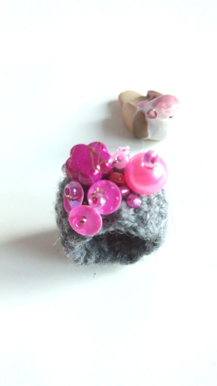 #anello a #fascia in #lana merinos extra fine #color #grigio con mix di #perline / #ring : #Anelli di #elenalucc #wool