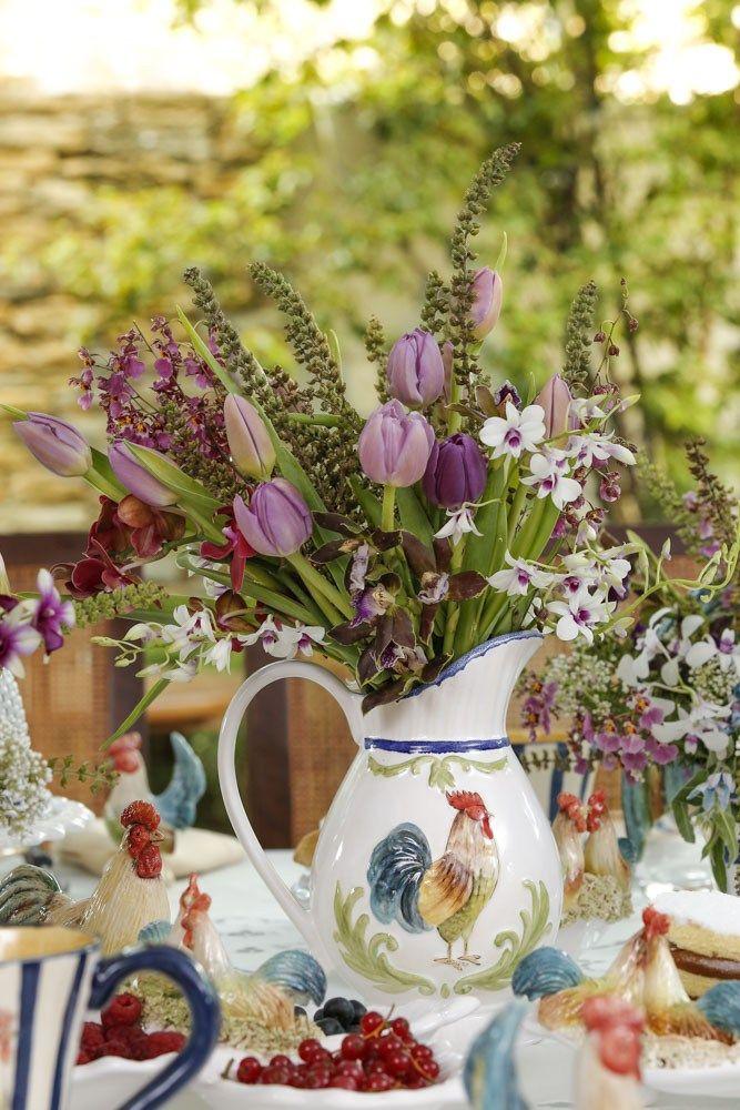 Arranjo floral criado pela Mliplantas e acomodado na jarra da louça Galo da Vestindo a Mesa, em nossa mesa de café da manhã com aroma do campo!