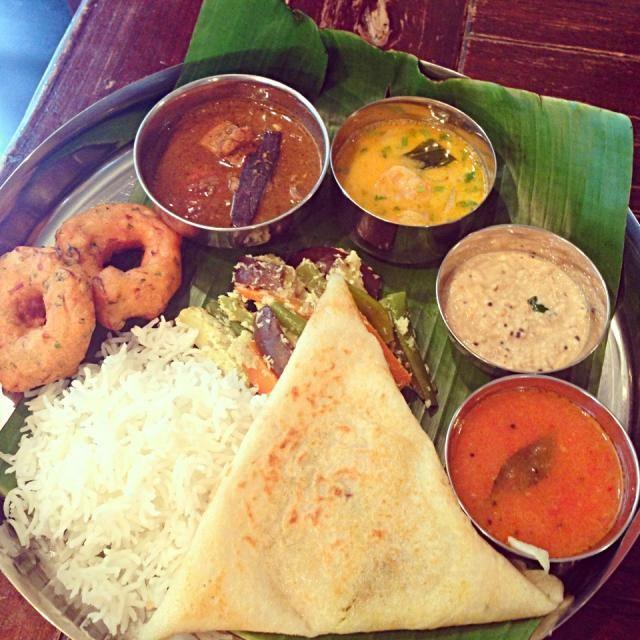 ラスト南インド料理教室 楽しみにしていた料理教室が終わってしまった.. 今回は最近巷でもブームのインド風クレープのマサラドーサ、インド風ドーナツのワダです。どっちも家で作るのはちょっと大変!! エビとマンゴーのココナッツカレー、ココナッツチャトニも抜群に美味しかったぁ〜●´ᆺ`● - 174件のもぐもぐ - 南インド料理 マサラドーサ by bronzebee