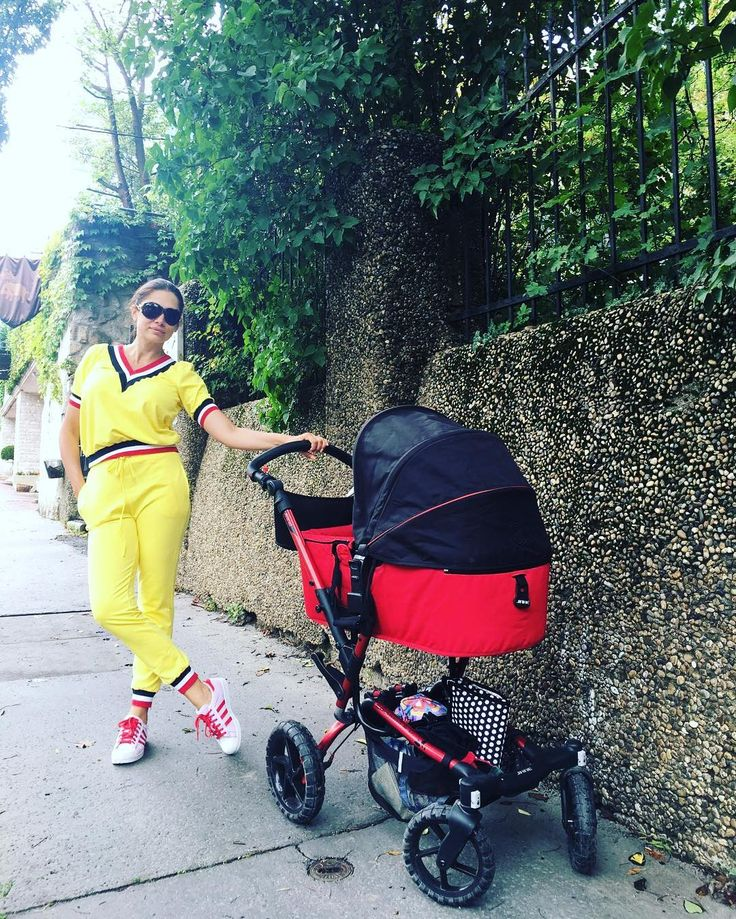 A gyönyörű Horváth Éva kisfiával egy  séta alkalmával a Jané Crosswalk babakocsival.