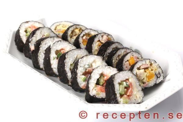 Recept på sushirullar - maki sushi. Att göra sin egen sushi är enklare än man tror. Bilder steg för steg.