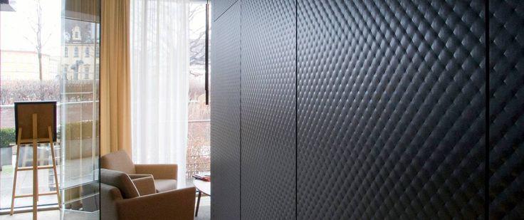 Innowacyjny materiał łączący w sobie trwałość i solidność z łagodnym i ponadczasowym designem sprawiający wrażenie miękkiej, trójwymiarowej powierzchni. Szkło ornamentowe w meblach to nie tylko ekskluzywny element dekoracyjny pozwalający na urozmaicenie wnętrza, ale i praktyczne rozwiązanie. Trójwymiarowy wzór sprawia, że jest odporne na zarysowania, a odciski palców są niewidoczne. Już w sprzedaży w naszych salonach we Wrocławiu.Serdecznie zapraszamy.