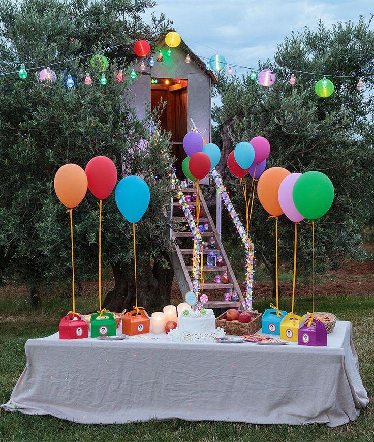 Festa di compleanno per bambini in giardino con palloncini e lanterne in tessuto led colorate, candele e decorazioni a tema