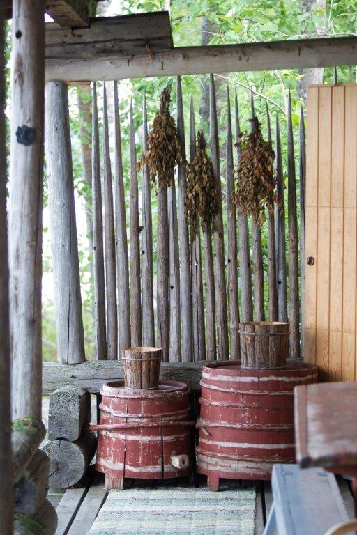 Vastat kuivuvat kauniisti seipäissä saunan terassin edustalla. Seipäät palvelevat myös näkösuojana.
