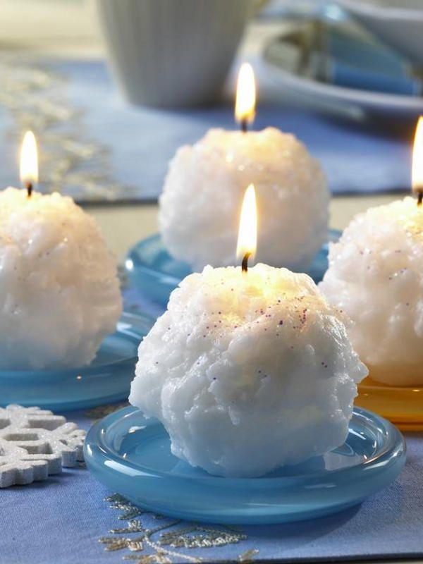 Warmes Wachs mit dem Schneebesen schaumig aufschlagen und auf eine Kerze auftragen