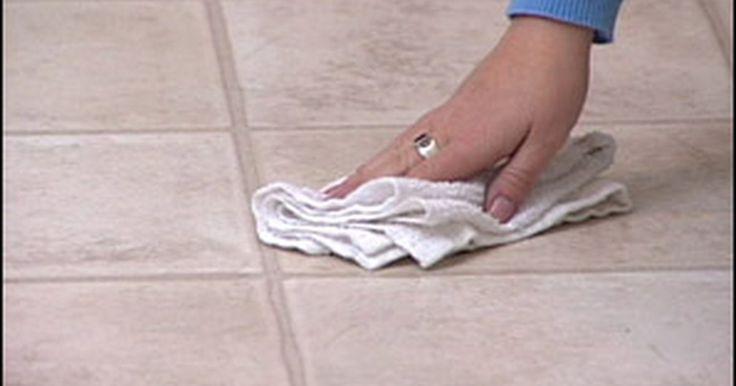 Cómo limpiar las baldosas de vinilo del suelo. Los pisos de baldosas de vinilo tienen una tendencia a verse sucios. La suciedad pudiera parecer adecuada en el vinilo, pero no lo es. La suciedad resistente necesita un trabajo de limpieza difícil, pero conocer qué tipos de limpiadores funcionan mejor es una cuestión de ensayo y error. En vez de ponerte de rodillas y usar tus manos para fregar el ...