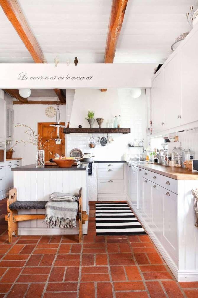 Från sänkta tak och bruna plastgolv till en ren inredningsdröm med trärena takbjälkar, vitmålade plankväggar och ett rustikt tegelgolv.