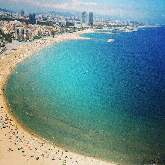 Barcelona y su playa,  al fondo vemos los dos rascacielos que se alzan la Torre Mapfre y el Gran hotel Arts