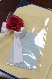 中学校卒業式のために 在校生が卒業生のために手作りしたクレイの花をコサージュにしました。先生や在校生の想いと感謝を胸に大きく羽ばたいてほしい。