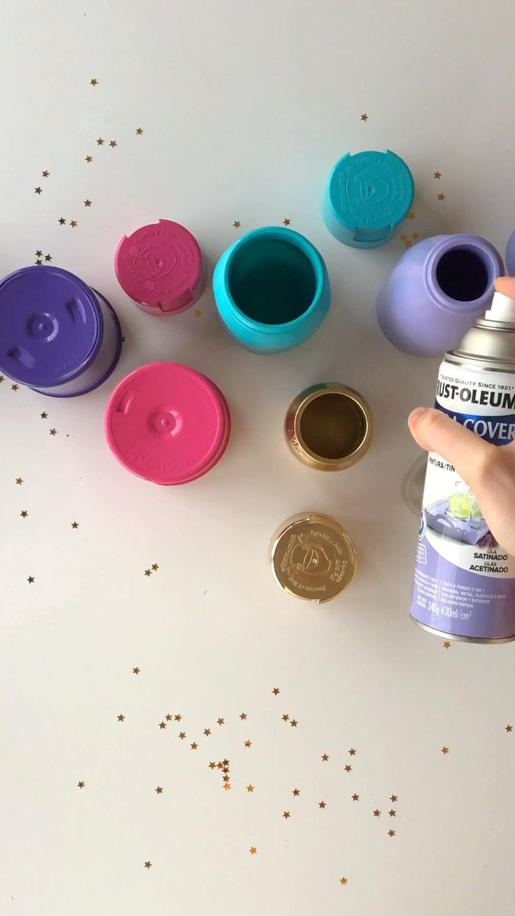 Pintando frascos con aerosol #rustoleum #diy #upcycling #recycle #spraypaint Spray Painting, Painting Tips, Rainbow Crafts, Mason Jar Centerpieces, Mason Jar Crafts, Nespresso, Diy, Vase, World