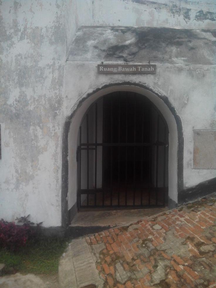 """ruang bawah tanah"""" benteng fort marlborough kota bengkulu"""