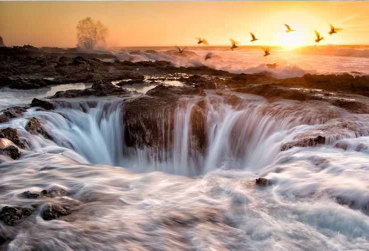 Thor's Well, Oregon, USA. Esta é uma fonte de água salgada impulsionada pelo poder da maré do oceano. A maré alta é o melhor momento para vê-la, mas é considerada altamente perigosa, o que requer cautela dos visitantes.