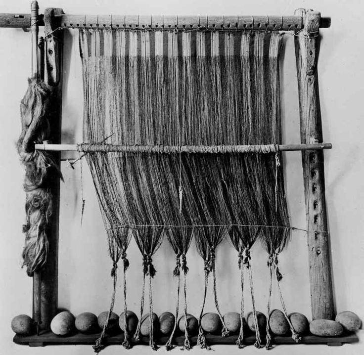 Loom with påbegymt weaving. Faeroe Islands.
