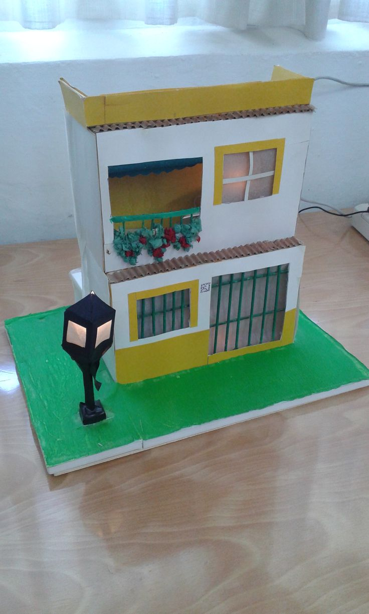 Maqueta de casa con alumbrado público, realizad por alumnos de 2º de ESO.