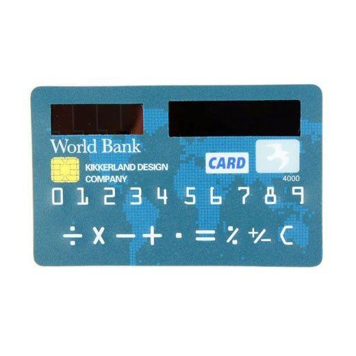 Super płaski, mieszczący się w portfelu obok dowodu osobistego kalkulator.