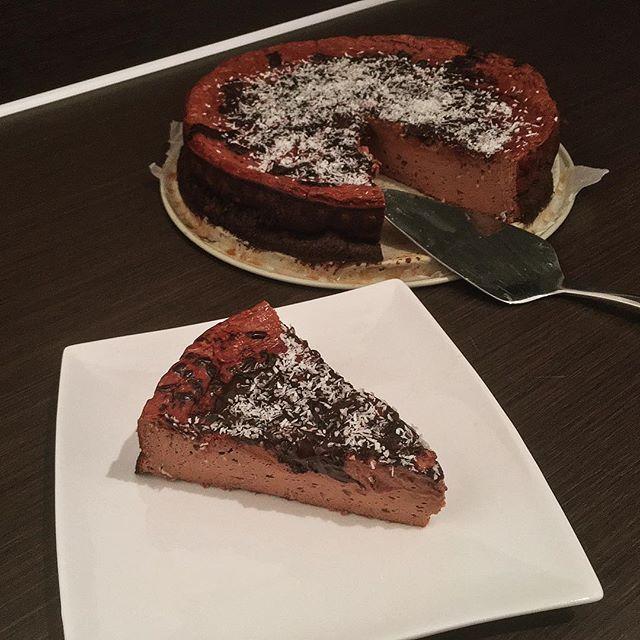 Cheesecake voor ontbijt! 😬  Was al weer even geleden dat ik deze #cheesecake thuis had gemaakt, gisteravond in ongeveer 15 min gemaakt na 50 min in de oven een nachtje in de koelkast gezet... nu als ontbijt.  Per stuk 250 kcal en 29 gr eiwit, stukje minder kcal dat saaie bakje havermout met noten van jou 😜  Pro tip: geraspte kokos er over 👌  Link voor recept is te vinden in de bio.  Yummery - best recipes. Follow Us! #healthyrecipes