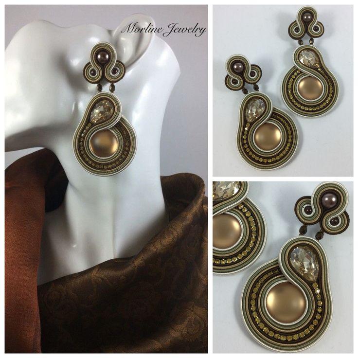 Morline Jewelry Orecchini SHANTELLE Orecchini finemente lavorati a mano in tecnica soutache, composti da piattine in tonalità beige, grigia e marrone, cabochon in resina, strass, perle in vetro e metallizzate in tinta.