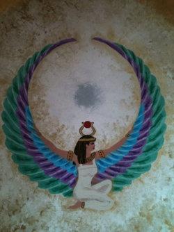 """DA SÉRIE PANTEÃO DAS DEUSAS - ÍSIS -   - """"Isis assumiu o atributo de Hator como deusa tríplice do Céu, usando a coroa de chifres  de vaca desta deusa. Ela também usava as asas  de abutre de Mut, a deusa mãe. Isis era reverenciada como mãe extremosa, esposa fiel e carpideira devota."""" (Jean Houston). Da página Tradições-Mitologia-Ícones-Holismo"""