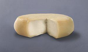Queso de Oscos TIPO DE QUESO Es un queso de coagulación mixta poco ácida y muy enzimática, de pasta lavada, el desuere se completa en el molde, prensado suave. Por tanto es de pasta compactada. Salado por inmersión en salmuera. Maduración corta (Tierno). Elaborado con leche pasteurizada de vaca.