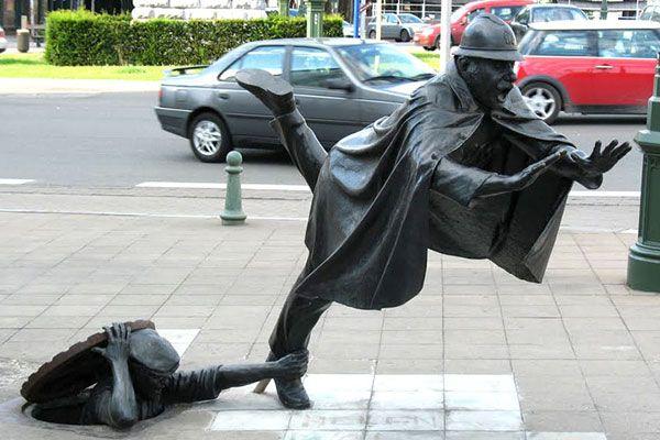 """en Bruselas, Bélgica. Su significado es bastante profundo ya que el artista, Tom Frantzen, quiso ejemplificar cómo un rebelde hace que un policía se tropiece y caiga. Esto simboliza de una manera cómica la lucha de los rebeldes por quitarle la autoridad a la policía local.  Anterior 10 de 18 Siguiente Compartir en Facebook Compartir en Twitter """"Me gusta"""" Noticias.com Relacionados  17 lugares míticos que todo fanático del rock debe conocer 17 lugares míticos que todo fanático del rock debe…"""