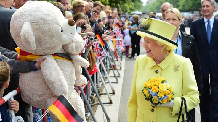 Königin Elizabeth II. besucht das ehemalige Konzentrationslager Bergen-Belsen http://www.bild.de/unterhaltung/royals/queen-elizabeth-2/die-queen-in-deutschland-bild-berichtet-live-41522746.bild.html
