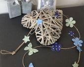 Guirlande sur fil de lin en étoiles, marguerites et papillons en bleu et vert orchidée : Accessoires de maison par bebe-d-antan