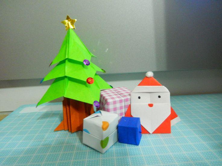 Origami de Natal para enfeitar a estante do quarto.