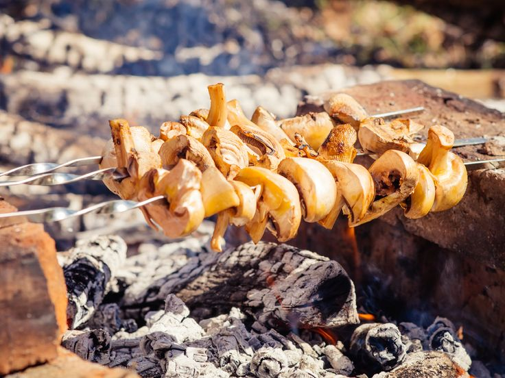 Champignonspieße liegen meist noch bis zum Ende des Grillabends braun, schrumpelig und traurig auf dem Grillrost herum. Mit diesem Rezept werden Ihre Pilze nicht nur saftig, sondern auch köstlich würzig. http://www.fuersie.de/kochen/grillrezepte/artikel/rezept-champignonspiesse-grillen