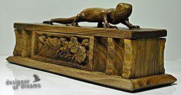 polandhandmade.pl #polandhandmade #rzeźba  Orzechowy przybornik (piórnik), z gekonem na wieku :)
