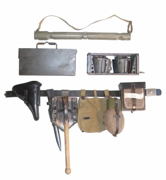 Brelage d'un « MG Schütze » du 3. (Radf.) Zug (selon notre KStN), avec pistolet et porte-outils pour MG au ceinturon,  canon de rechange sur le dos, caisse de munition sur le cadre du vélo et deux chargeurs tambours dans leur porte- chargeurs sur le porte bagage...