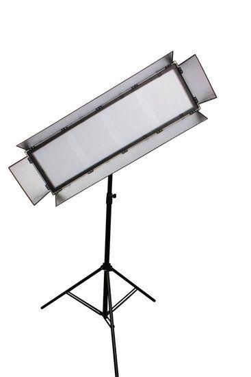 Bresser LED LG-3000 180W/17.000LUX Studiolamp  Bresser LG3000 LED Studiolamp 180W/17.000 LUX  Beschrijving:  Doorlopend worden nieuwe ontwikkelingen in de Bresser LED modellen toegepast. De Bresser LED lampen vallen op door hun grote en egale lichtopbrengst over het gehele bereik dit komt door het gebruik van hoogwaardige halfgeleide materialen.  Bij veel leveranciers wordt van de standaard waarde uitgegaan dat 1 Watt vermogensverbruik van een LED lamp kan worden vergeleken met 5 Watt van…