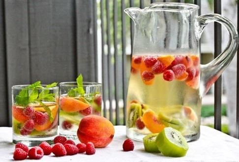 6 ricette di acqua aromatizzata per affrontare meglio l'estateconsigli bio eco ricette