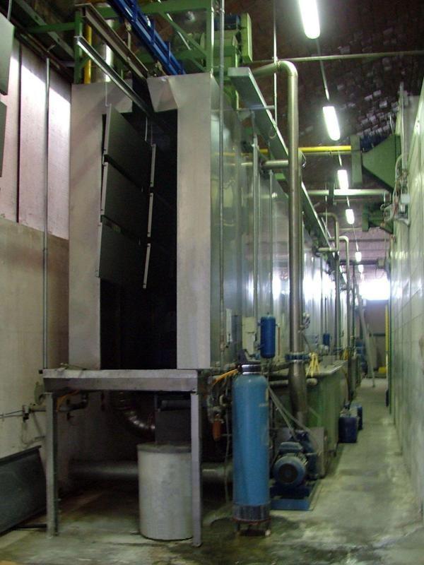 Tunnel di pretrattamento con rampe a spruzzo in un impianto automatizzato di verniciatura  a polveri di mobili in metallo ad uso ufficio