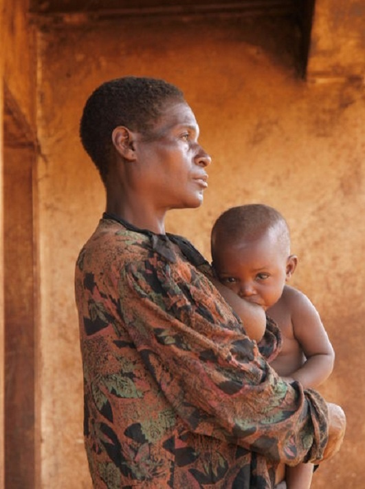 Africa | A mother of the Baka (pygmee) tribe feeding her child in Cameroon  | © Peter de Ruiter | Modesty Lesson | Mother feeding, Breastfeeding,  Mother, ...