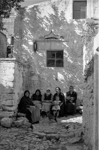 Χουδέτσι 1955. Κρήτη οροπέδιο Λασιθίου 1955. Ο Erich Lessing επισκέφτηκε τη Κρήτη το 1955 που φαίνεται να έχει συνέλθει από τη καταστροφή της Γερμανικής Κατοχής .Η φωτογράφιση είναι καθαρά ανθρωποκεντρικη και οι εικόνες δυνατές.