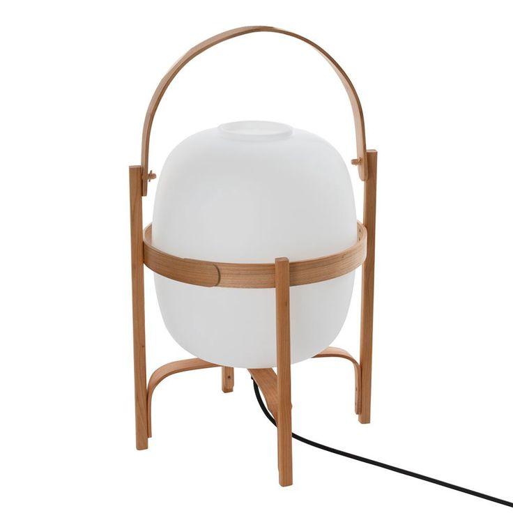 Den charmiga bordslampan Cesta och dess lillasyster Cestita från Santa & Cole formgavs av inredningsarkitekten Miguel Milá redan 1962. Cesta är i vackert körsbärsträ och har en skärm i vitt opalglas. Lampan har inbygd dimmer.
