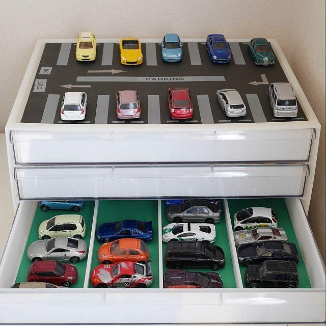 女性で、4LDKのキッズスペース/無印良品/マスキングテープ/収納/収納アイデア/棚…などについてのインテリア実例を紹介。「【イベント参加のため再投稿です】 書類ケースとプラスチック段ボール(プラダン)を使って おもちゃのくるま収納(立体駐車場)をつくりました。 ポイント① 1つの引き出しに4列にクルマが並ぶようにプラダンで仕切りを作りました。 ポイント② 引出しの中は子どもが好きな画用紙の色を使い、お気に入り度を上げてます。 ポイント③ 書類ケースの上は屋外駐車場をイメージして作りました。 (使っているのは黒画用紙+マスキングテープ) 別の角度からの写真はこちら http://roomclip.jp/photo/twTx http://roomclip.jp/photo/twgC http://roomclip.jp/photo/Zywx」(この写真は 2017-05-31 15:50:00 に共有され...