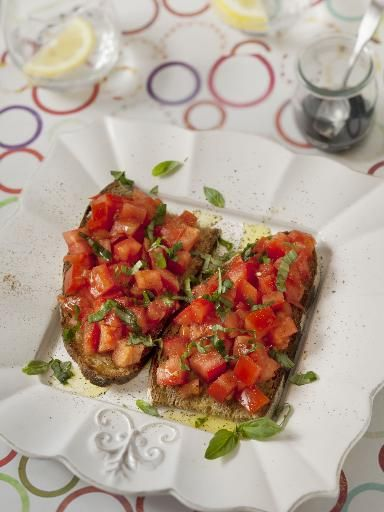 pain de campagne, tomate, huile d'olive, ail, sel