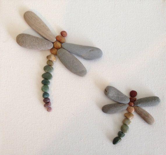 Dragon flies made of beach stones | Img @ Emily's Nature Emporium. https://www.etsy.com/pt/shop/EmilysNatureEmporium