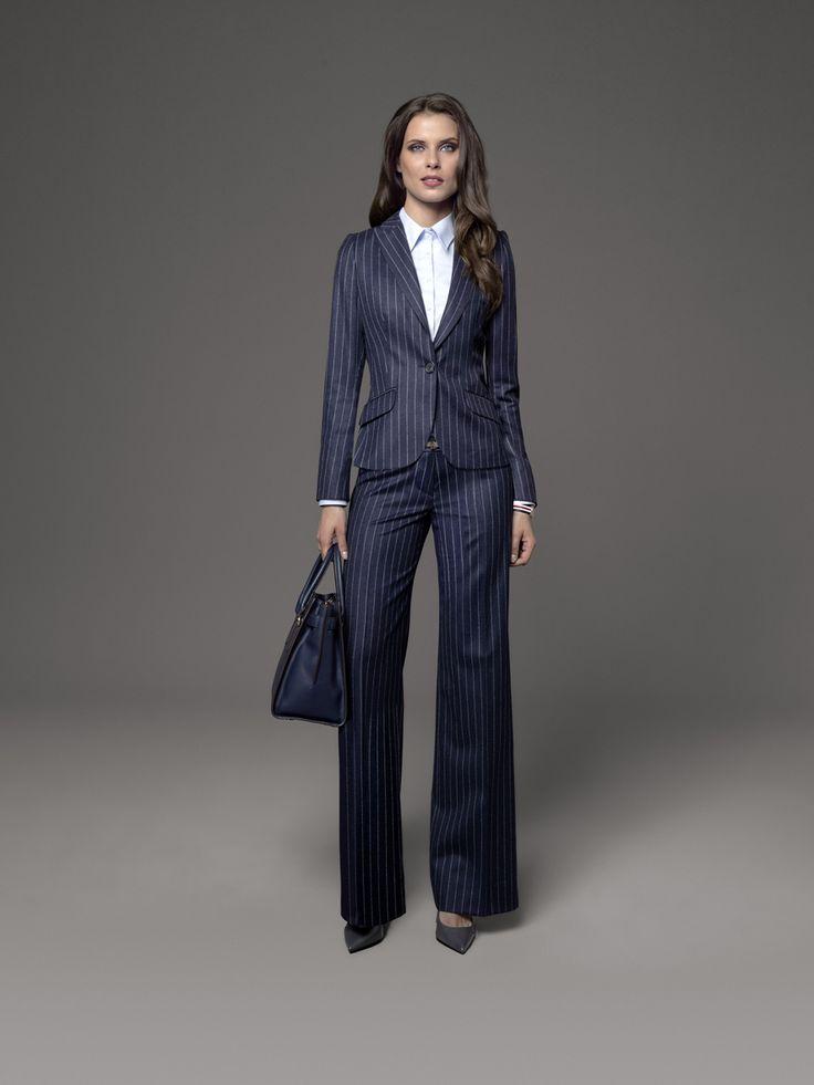 Eine weite Hose im Marlene-Dietrich-Stil und der passende Ein-Knopf-Blazer, alles aus einem dunkelblauen Stoff – veredelt durch feinste Nadelstreifen. Aus dieser Mischung entsteht Ihr perfekter Look für den Business-Alltag.