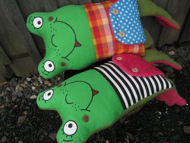 Dala+bych+si+dvakrát+zelenou,prosím...+Žabí+mazlík+do+každé+postýlky+pro+malé+i+velké+nezbedníky.Textilní+polštářek+šitý+z+kanafasu,kepru,fleecu+a+pevné+bavlny,na+předním+díle+kapsa+na+všechny+tajné+věcičky.Macík+je+podložený+netkanou+textilíí+a+vatelínem,plněný+pes+kuličkami,jemné+praní+30+°C,žehlit+možno+přímo+přes+obrázek.Rozměr+tělo+...