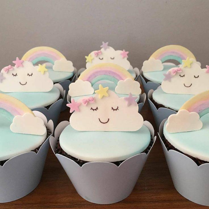 Cupcakes para o tema chuva de amor com nuvens ☁️☁️ e arco-íris ❤ Por @sweetdesignrj #chuvadeamor #arcoiris