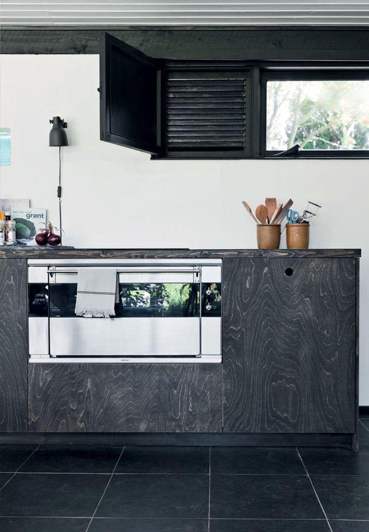 Enkelt og elegant køkken i mørkt træ
