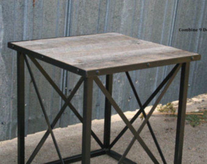 Table de bout bois récupéré. Table d'appoint industrielle. En acier. Fait sur commande. Options personnalisées disponibles. Vintage industriel. Milieu du siècle. Moderne.