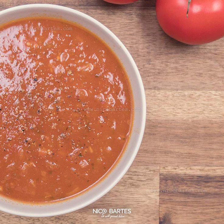 Über 90% Prozent einer Tomate besteht aus Wasser, hat je 100g nur 18 Kalorien und lediglich 3,9g Kohlenhydrate. Obwohl Tomaten sehr beliebt sind, werden sie während einer Diät oft vernachlässigt. In Kombination mit Olivenöl, Zwiebeln und weiteren gesunden Zutaten, sättigen sie trotz geringem Glucose-Gehalt und schmecken unheimlich lecker. Wie ihr sehen werdet ist unsere heutige Diät-Suppe mit Tomaten im Handumdrehen zubereitet und recht günstig. Das einfache Low-Carb Rezept sollte nicht nur…