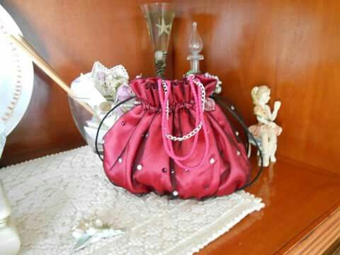 Pochette  in raso e tulle con strass applicati..