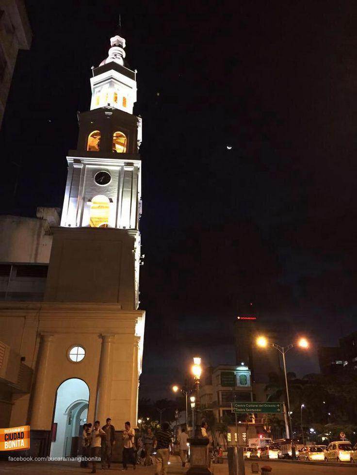 La luna sobre la Catedral de la Sagrada Familia en Bucaramanga. Gracias @ por la foto #nochesBUC