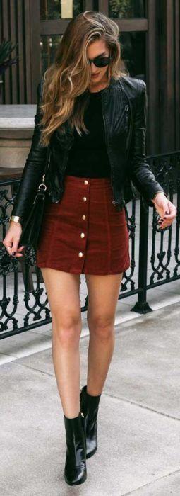 Chica luciendo una falda de pana y una chaqueta de cuero